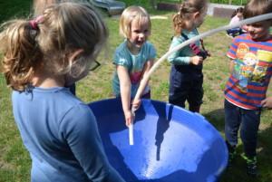 Kinder mit wasser am experimentieren