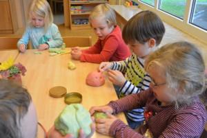 Kinder die Kneten