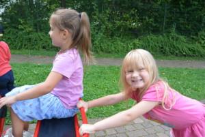 Kinder fahren mit Fahrzeugen
