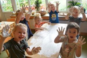 Kinder beim Matschtag