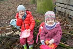 Mädchen essen im Wald