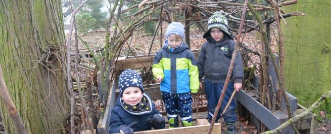 Kinder in der Waldhöhle