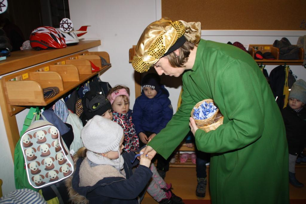 Kaspar verteilt die Geschenke