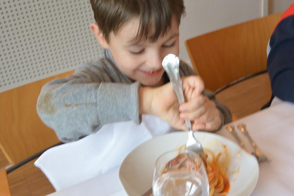 Ein Kind beim Essen