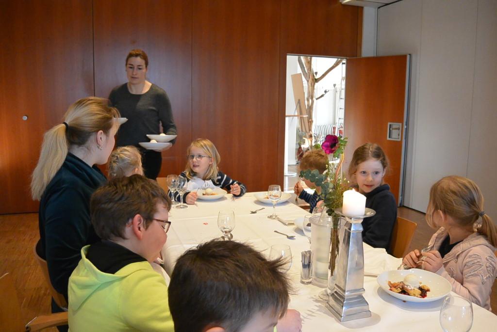 Kinder beim Nachtisch essen