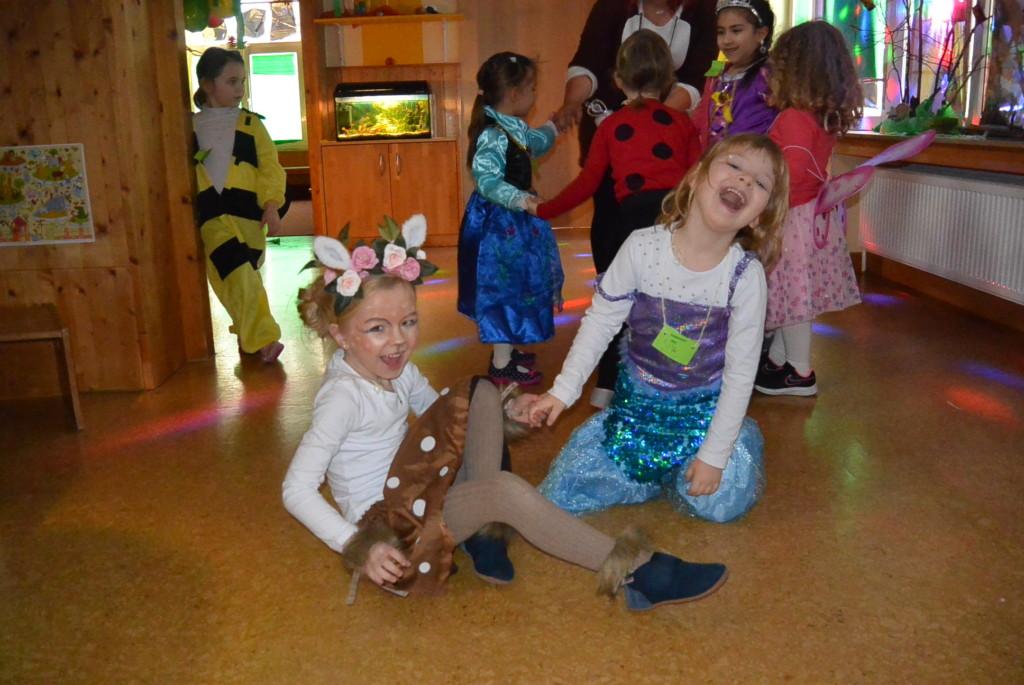 kinder beim Tanzen in der Walddisco