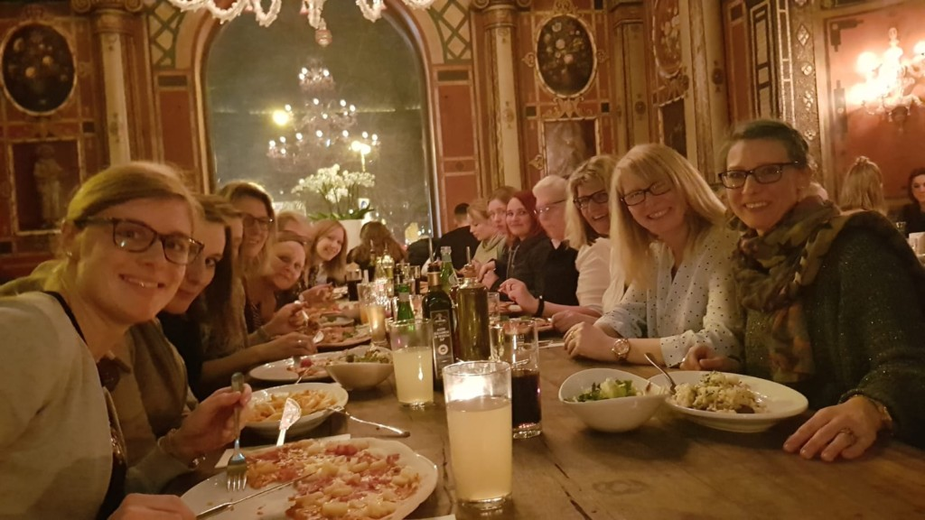 Das Team beim Essen
