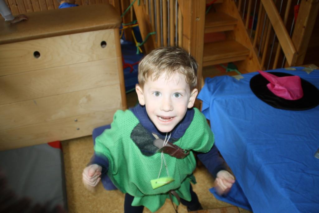 Kind als Robin Hood verkleidet