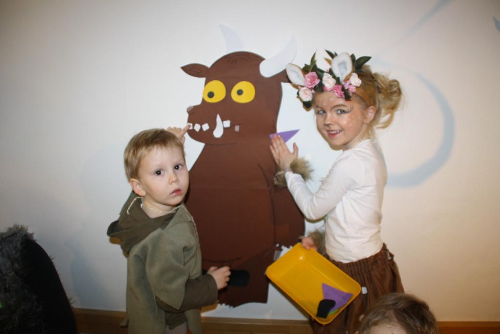 Kinder beim Bekleben des Grüffelos