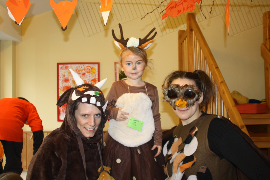 Ein Kind und zwei Erzieherinnen verkleidet