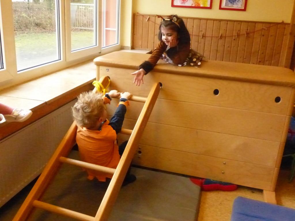 Kind hilft einem anderen Kind