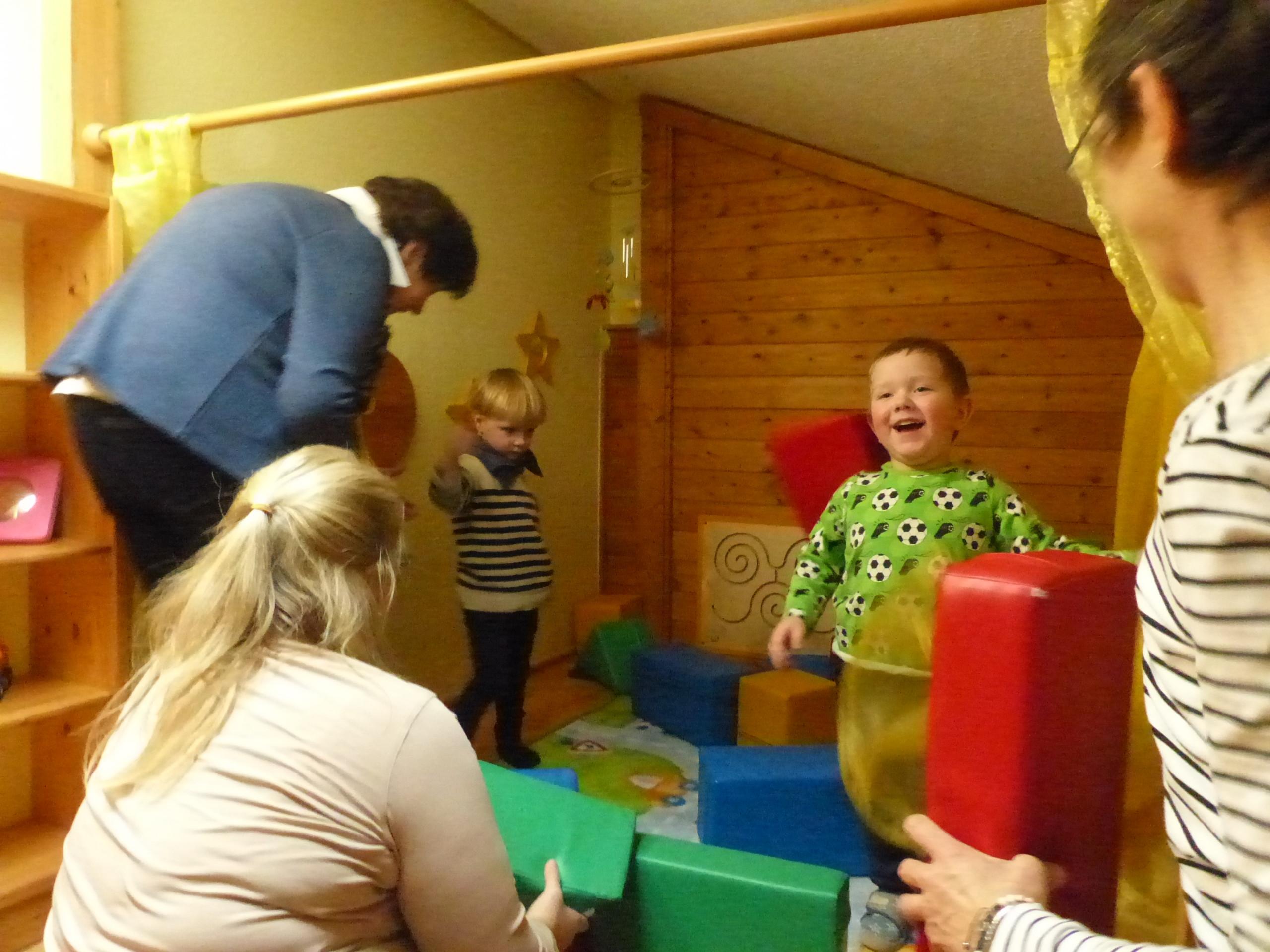 Kinder spielen mit Großeltern