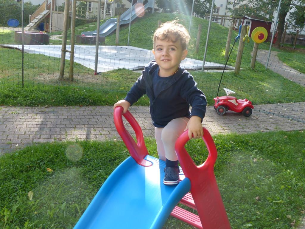 Kind auf einer Rutsche