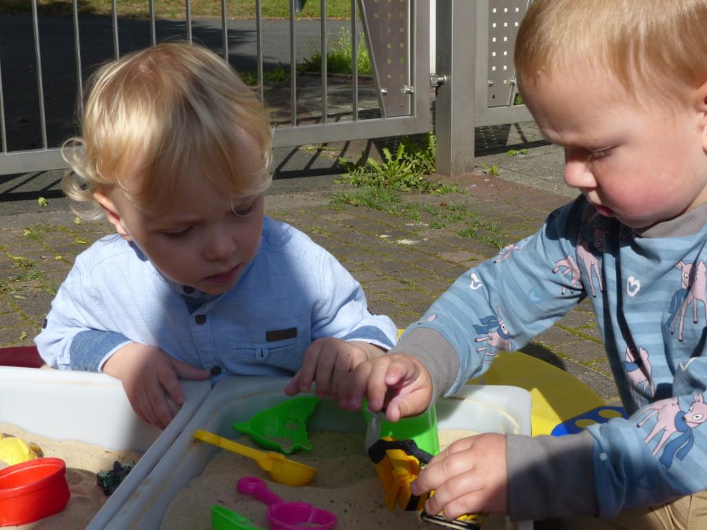 Kinder beim gemeinsamen Spielen