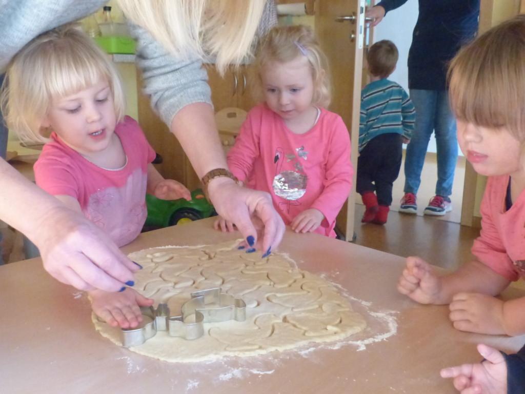 Kinder beim Plätzchen ausstechen
