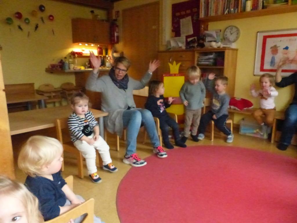 Kind im Kreis beim Singen