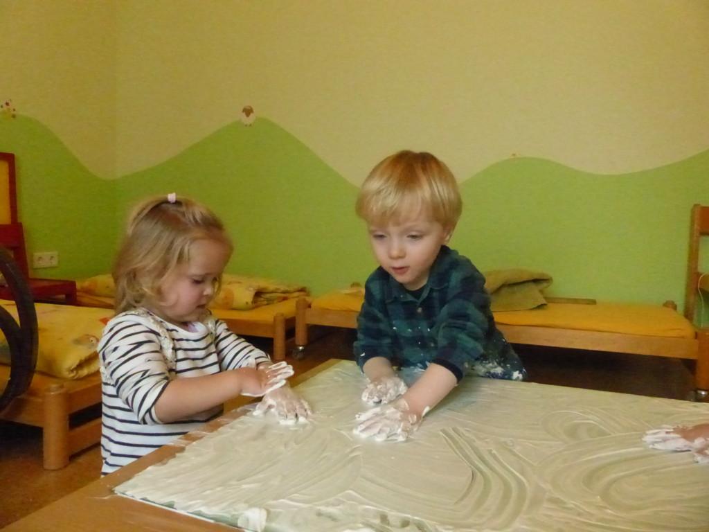 Kinder beim Spielen mit dem Magicsand