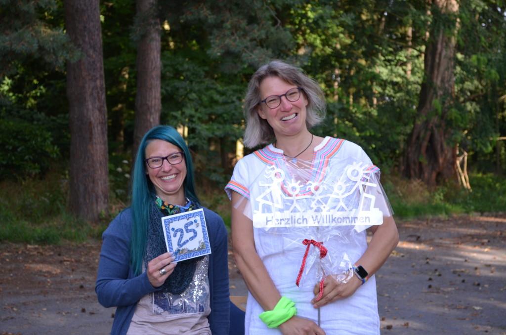 Birgit und Diana mit Geschenk und Karte