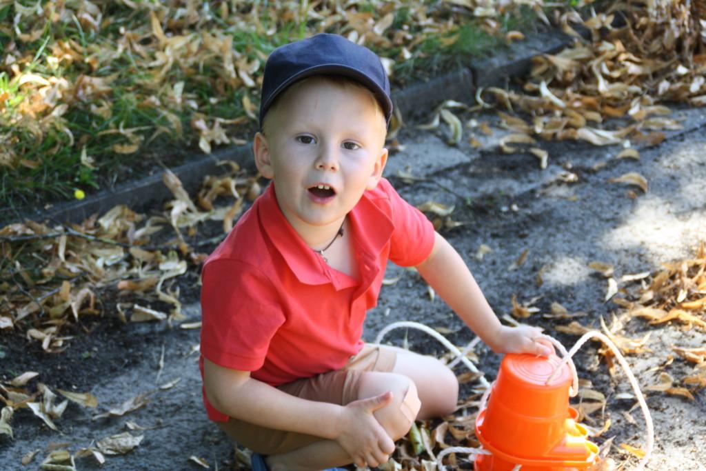 Kind beim Spielen draußen