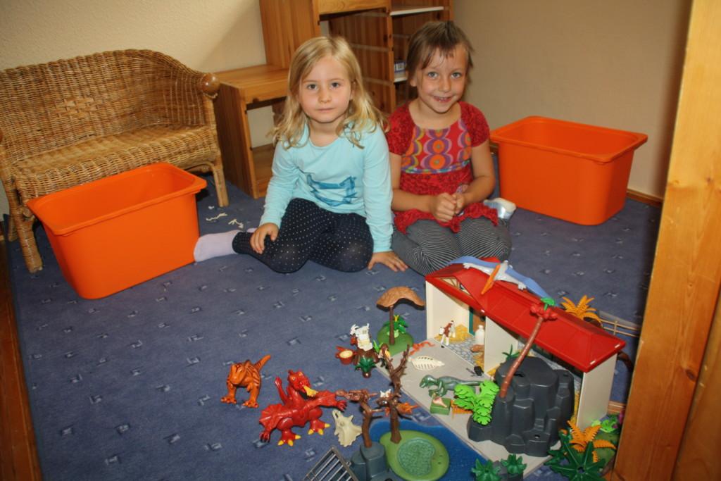 Kinder beim Spielen mit Playmobil