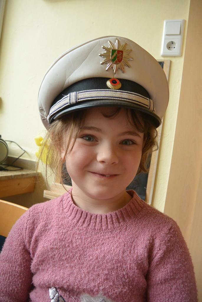 Ein Kind mit Polizeimütze