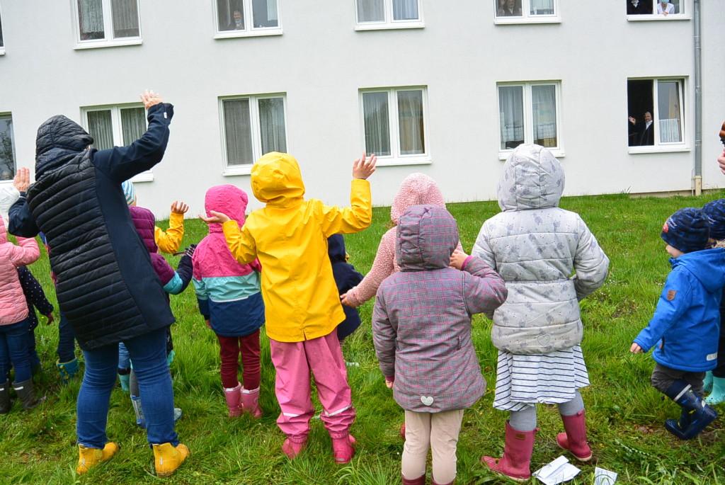 Kinder winken den Schwestern zu