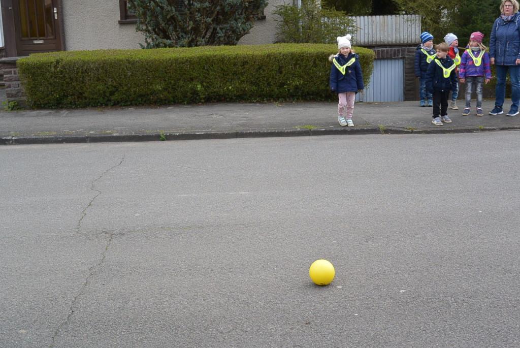 Ball rollt auf die Straße