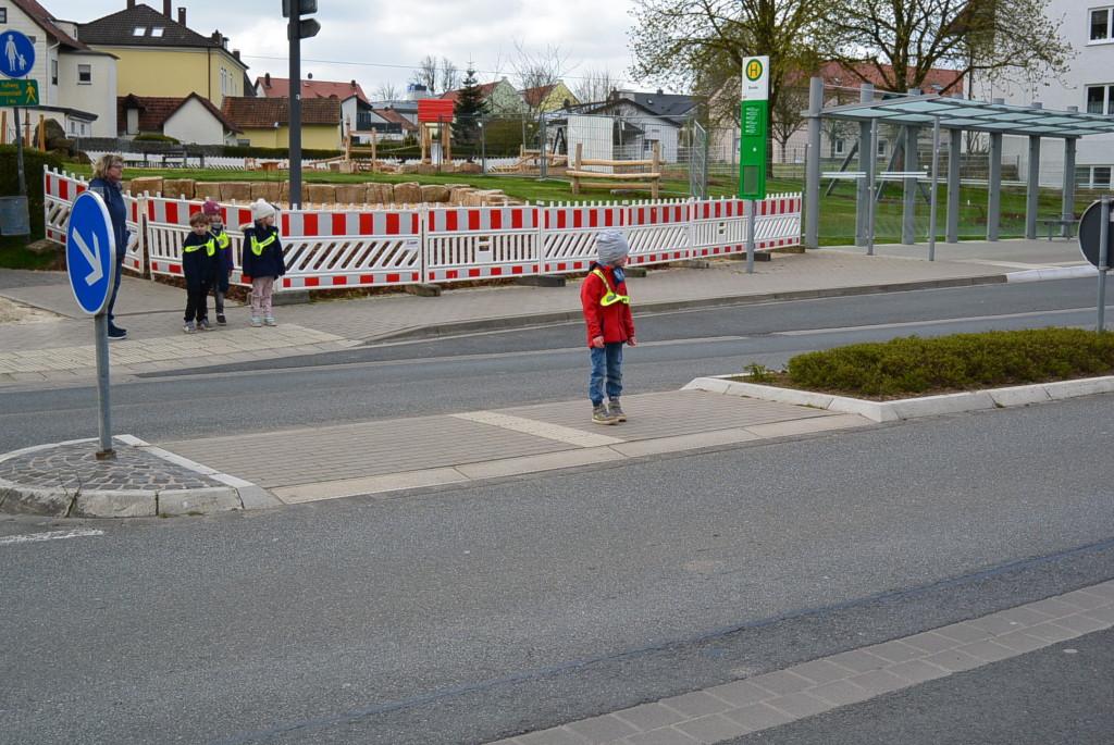 Kind überquert die Straße